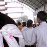 นร.ม.5 นนทบุรี เผยขณะชูสามนิ้วเคารพธงชาติ ถูกครูสั่งให้ร้องเพลงชาติซ้ำๆ จนกว่าจะเอามือลง